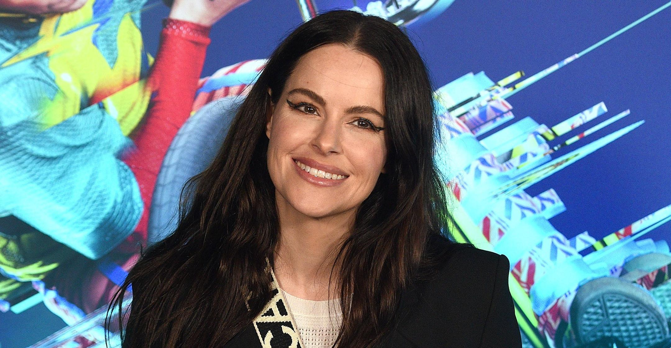 schitts creek star emily hampshire therapy helped form amazing relationship with myself
